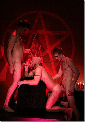 uknakedmen-abusing-a-slave